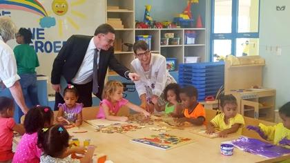 Staatssecretaris Klijnsma (SZW) blij met eerste uitbetaling kinderbijslag