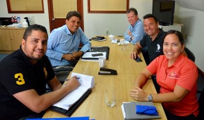 Gedeputeerde Abrahams van Toerisme vergadert met Adriaens van TCB