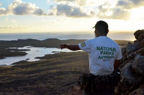 Wandeling naar de top van Bonaire bij zonsondergang