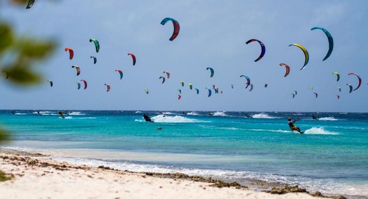 Internationaal kite evenement 'Kitemanera' op Bonaire op 19 en 20 maart