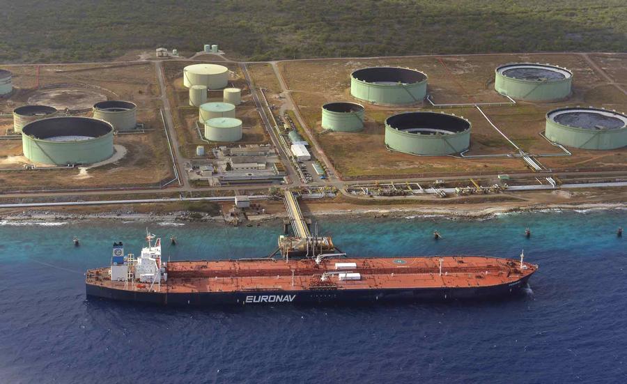 Loodsen Bonaire laten schepen dobberen