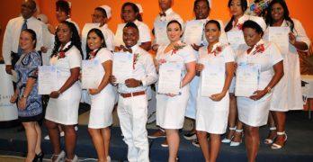 Diploma's voor dertien verpleegkundigen