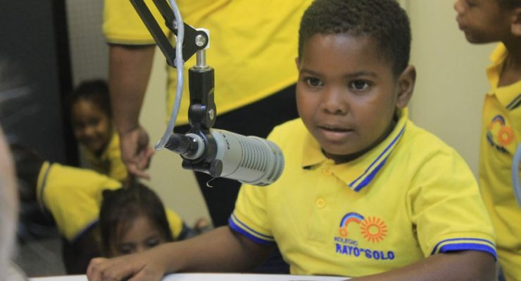 Kolegio Rayo di Solo bezoekt Trans World Radio (TWR)