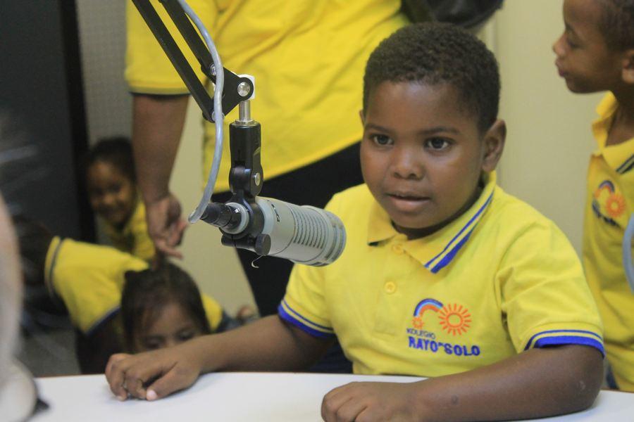 Kinderen nemen zelf een jingle op en leren over radiogolven