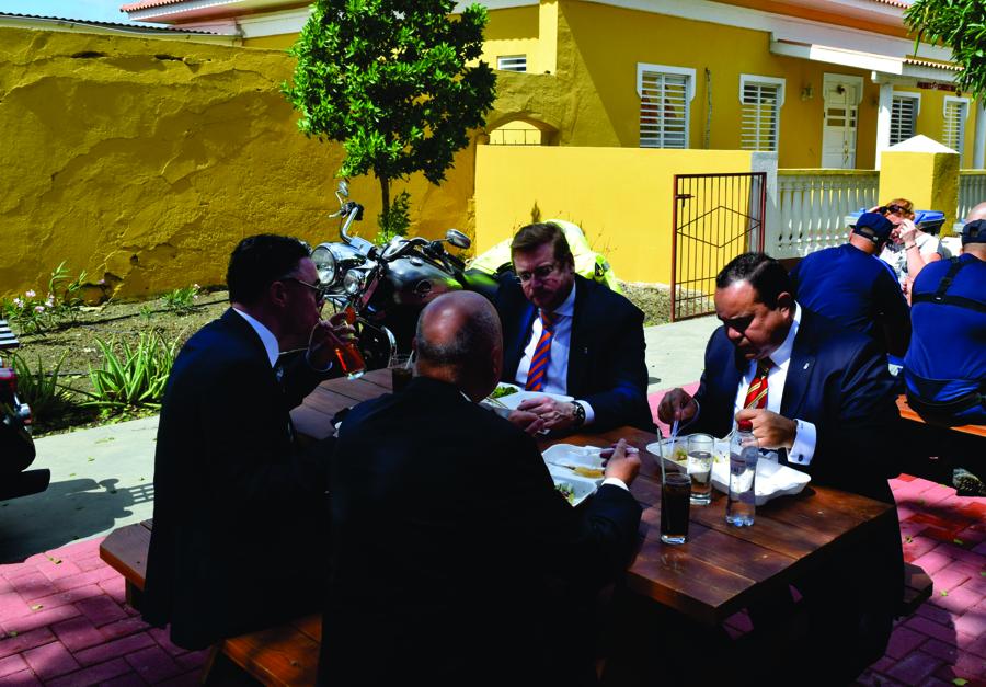 Ongedwongen lunch Van der Steur met collega's in de buitenlucht
