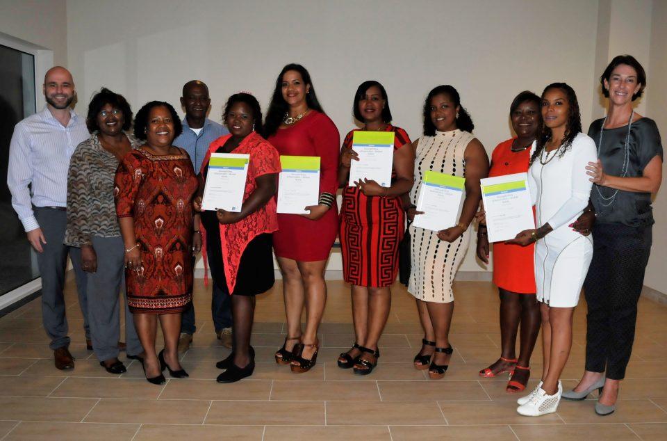 8 cursisten ontvangen diploma professional cleaning en housekeeping bonaire nu - Klein kamermeisje ...