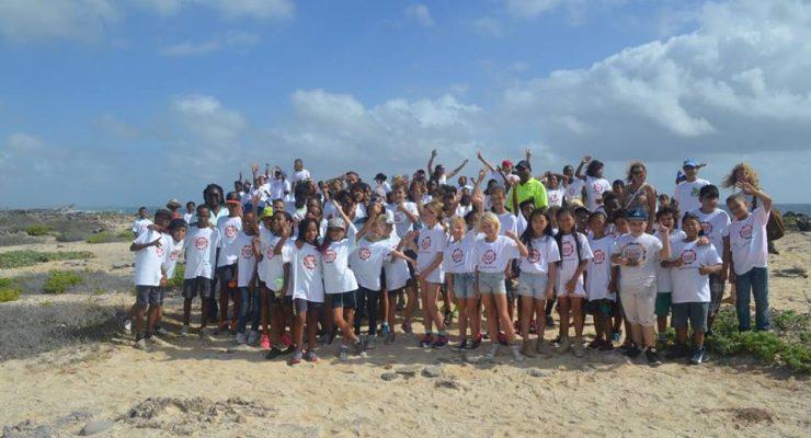 STINAPA deed ook mee aan BONDoet met een schoonmaak actie aan de zuidkust bij Piedra Pretu.