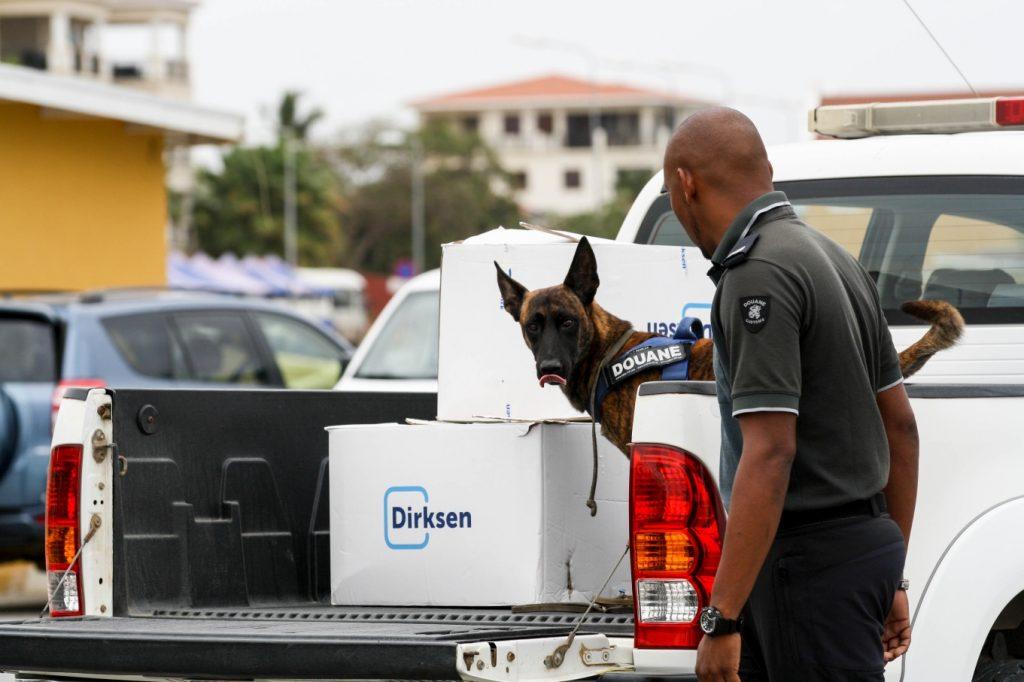 Presentatie douanehonden op Bonaire