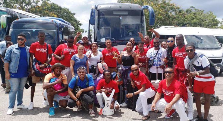 Gedeelte artiesten en commissie Festival del Caribe aangekomen in Cuba