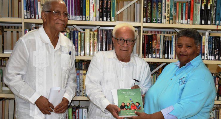Boek over geschiedenis van het onderwijs op Curacao