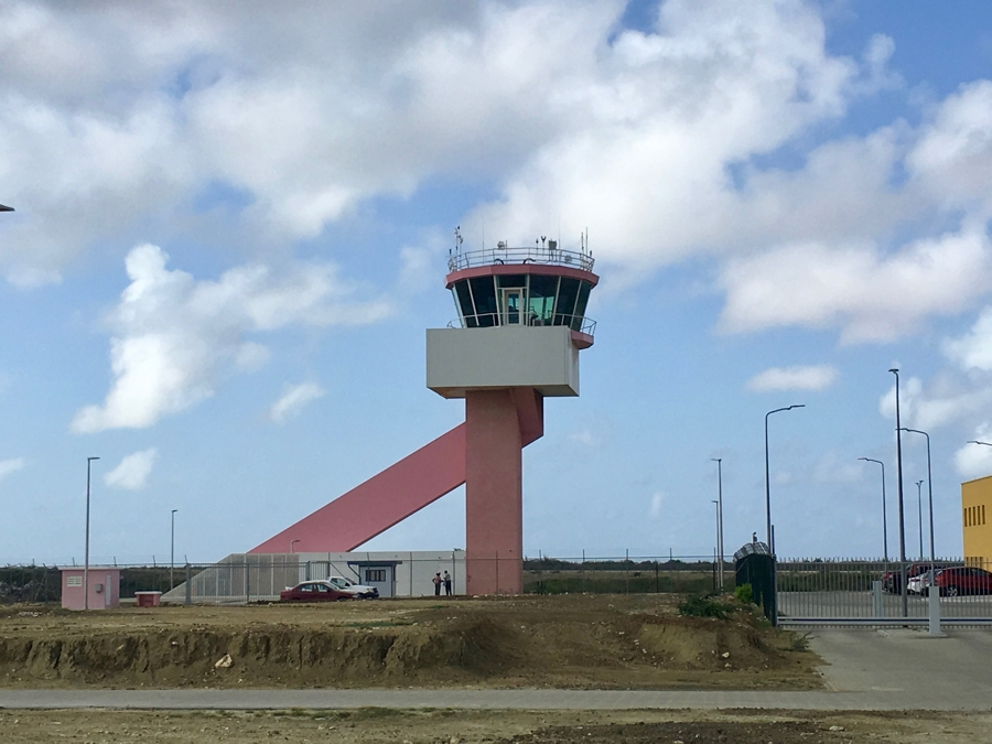 Sloop oude toren Flamingo Airport van start