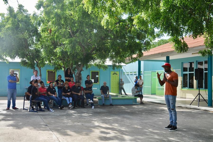 Jandino geeft motivatie speech op het MBO