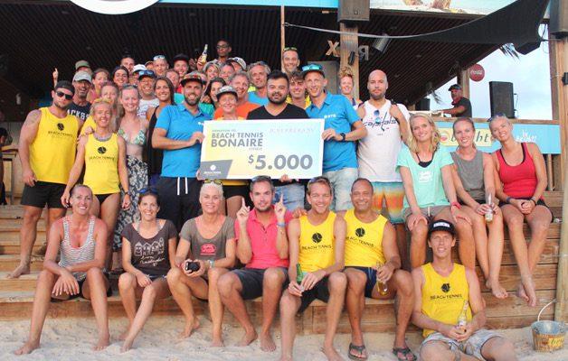 JC Herrera steunt Beach Tennis Bonaire