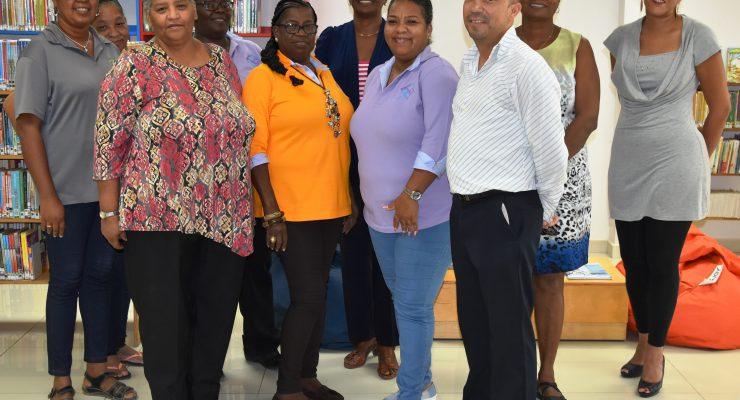 Gedeputeerde Cecilia maakt kennis met medewerkers Openbare Bibliotheek