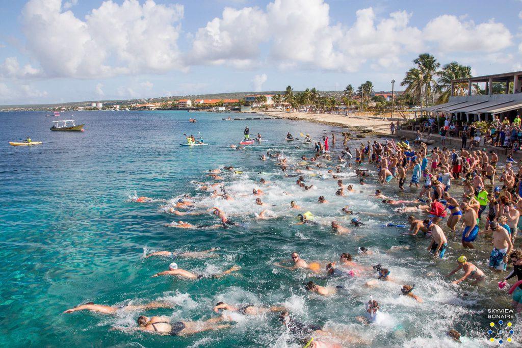 Zwemmend naar Klein Bonaire voor de zeventiende keer