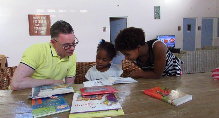 Fundashon Lesa Ta dushi bezorgt boekenpakketten bij 17 families