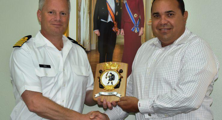 Nederlands oorlogsschip Zr.Ms. Karel Doorman bezoekt ons eiland