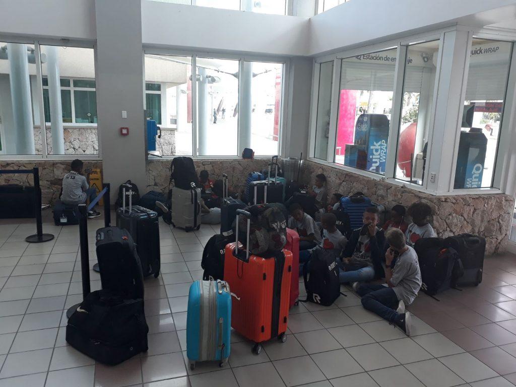 Jeugdvoetbal selectie team U13 zit vast op Aruba