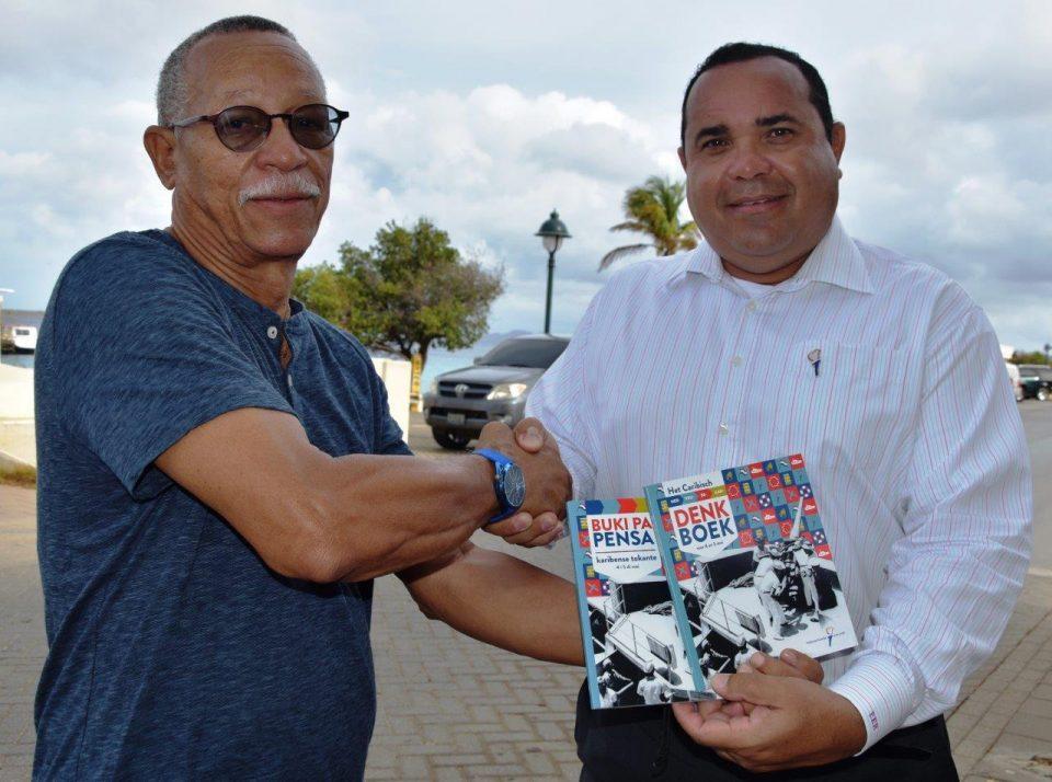Gezaghebber Rijna neemt boek over 4 en 5 mei in ontvangst