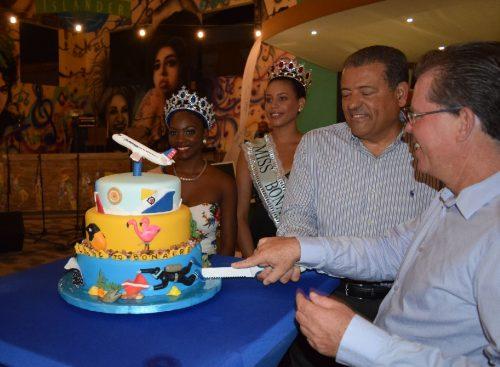 Alfredo Gonzalez en Mauricia Adriaens snijden AA taart aan