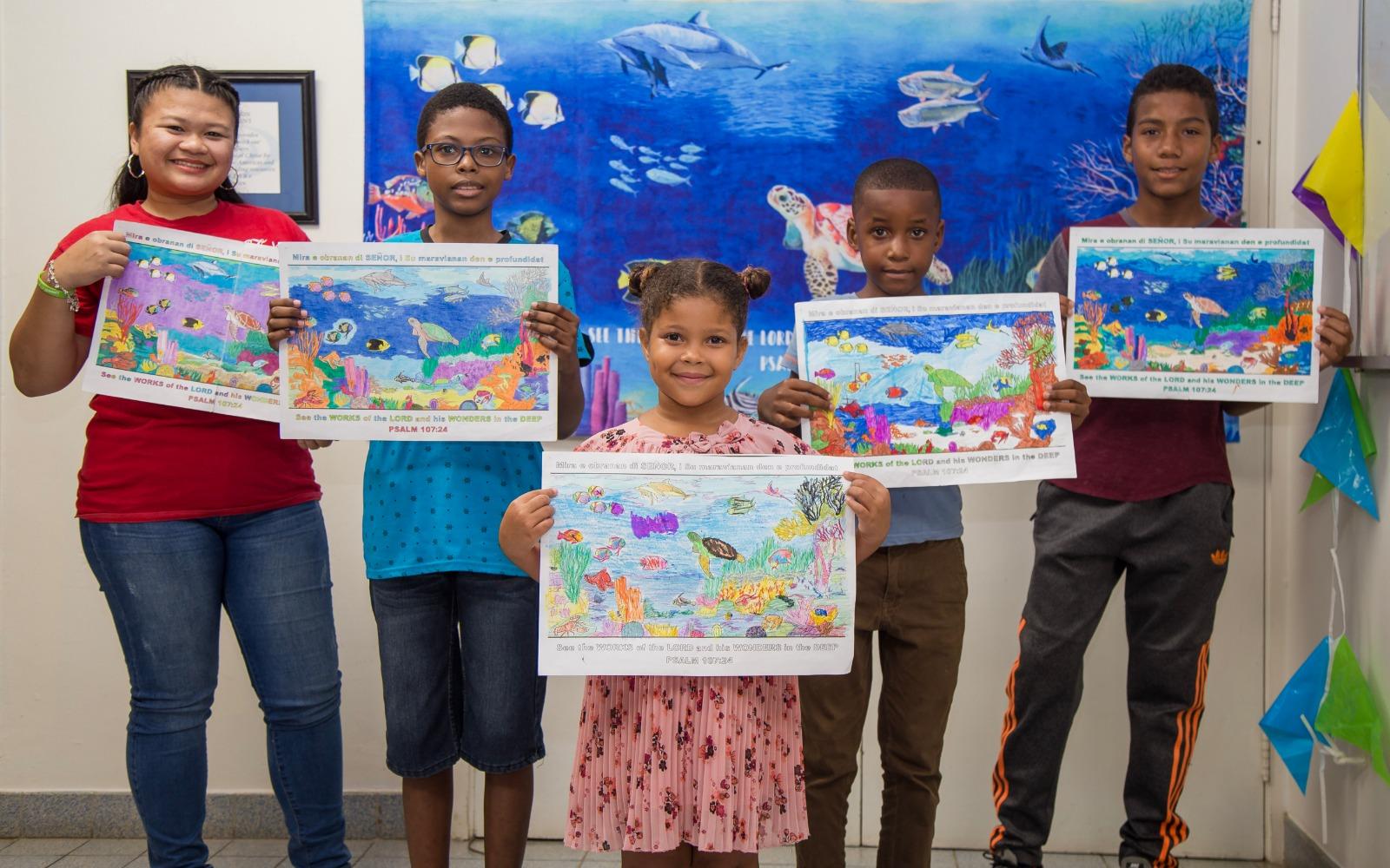 Winnaars kleurwedstrijd Muurschilderij TWR ontvangen prijzen