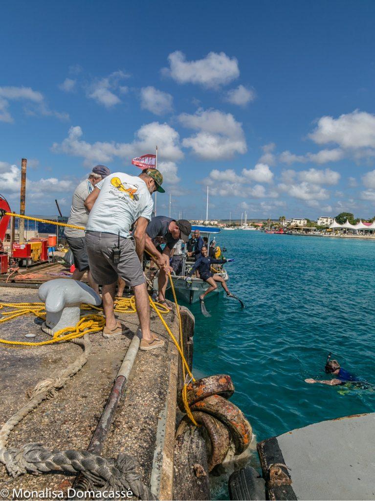 De havenmeester hielp mee met het verwijderen van de banden