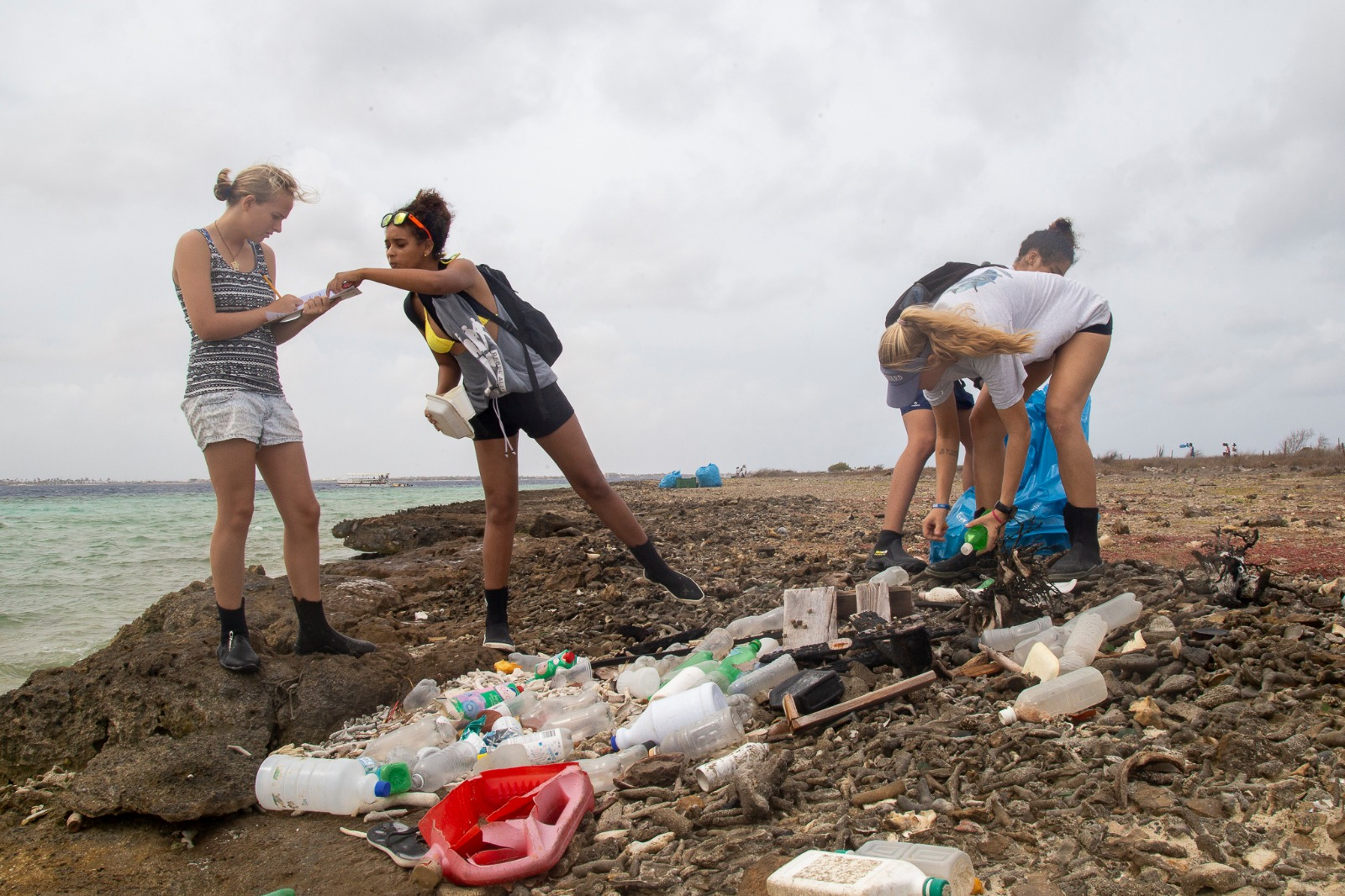 Junior Rangers vullen 42 zakken afval op Klein Bonaire op World Ocean Day