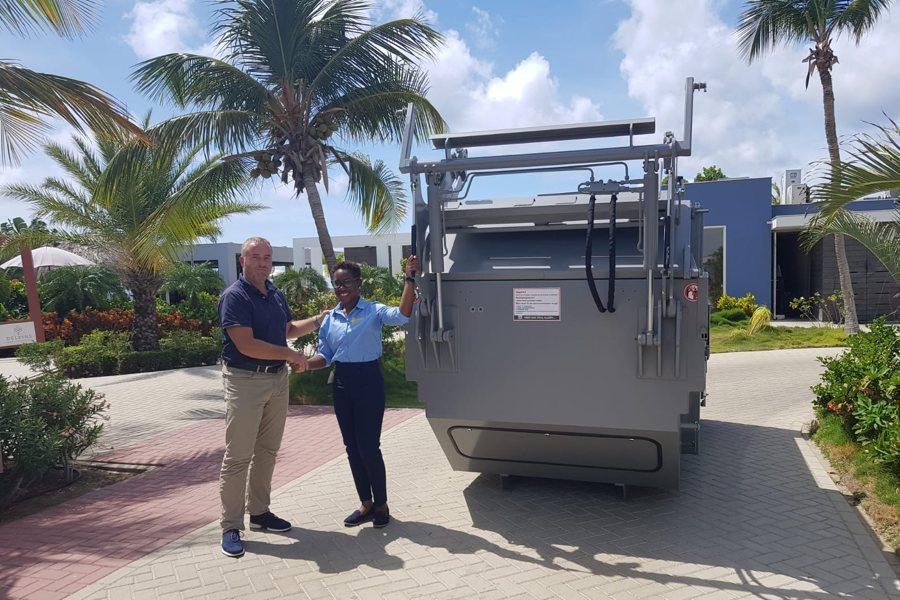 Selibon levert eerste perscontainer aan Delfins Beach Resort Bonaire