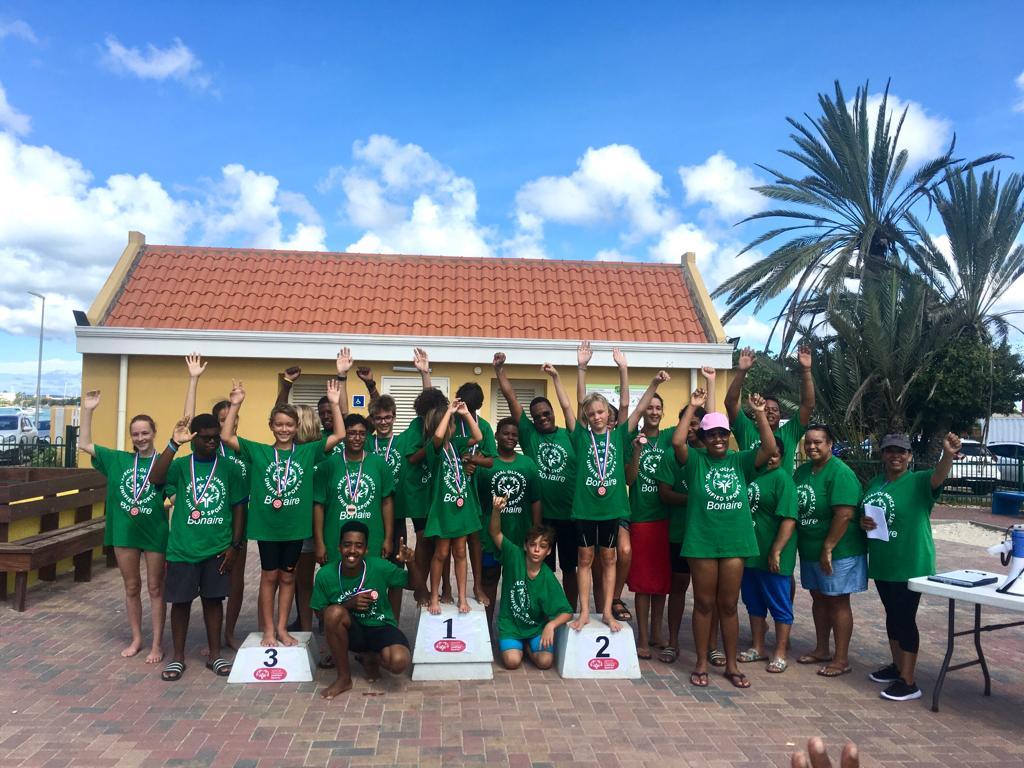 Special Olympics team zwemt tegen Barracudas