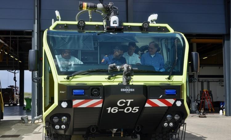 Brandweer neemt nieuwe bluswagen in gebruik