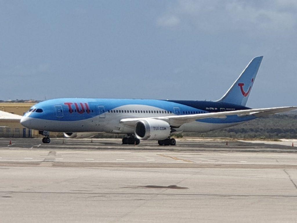 Tui vliegtuig zakt door strook asfalt