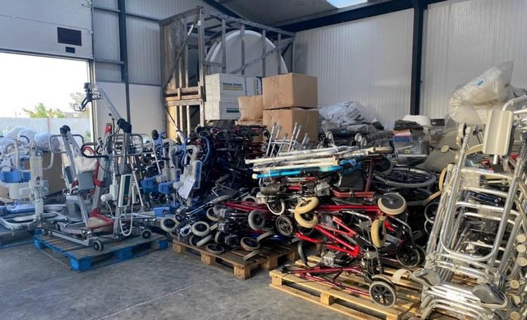 Container vol hulpmiddelen voor mobiliteit ouderen  komt aan