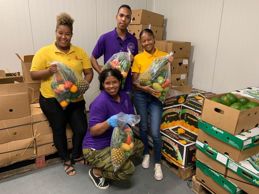 Bonaire Logistics en supermarkten delen 500 vitaminepakketten uit