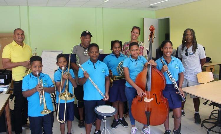 Leerorkest Bonaire ontvangt muziekinstrumenten