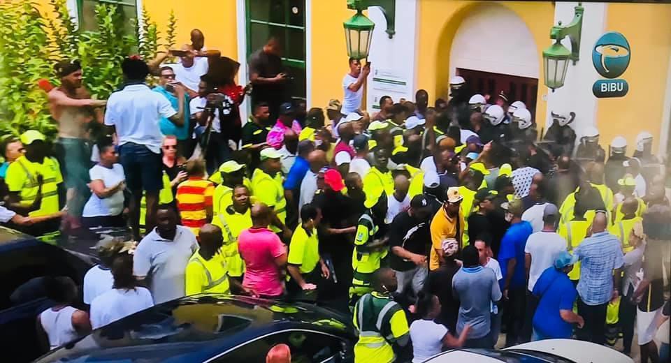 Betogers bestormen regeringscentrum Curaçao en eisen vertrek premier