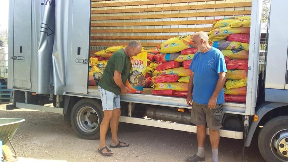 Fundashon Kunuku Kakelvers vraagt 'Tikkie' voor kopen hondenvoer
