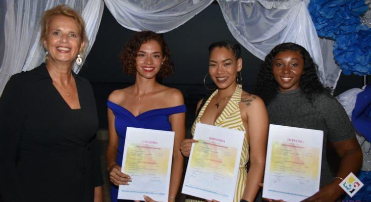 MBO Bonaire reikt Cum Laude diploma's uit