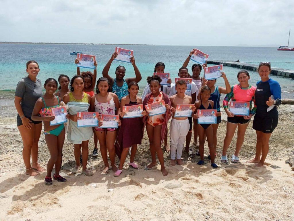 Zwemlesproject Stichting Kinderhulp Bonaire gaat in de zomervakantie door