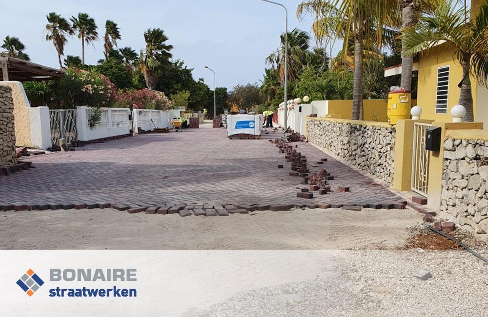 Bestrating en klinkers met Bonaire infrastructuur straatwerken