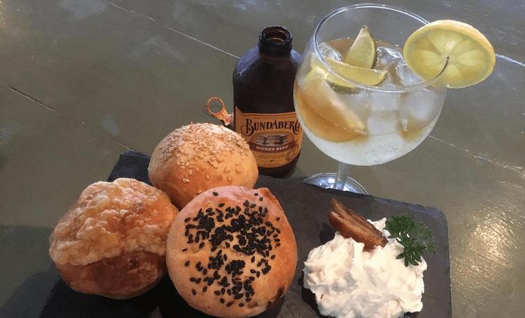 Koken met Corjan: brioche broodjes met geitenkaasdip