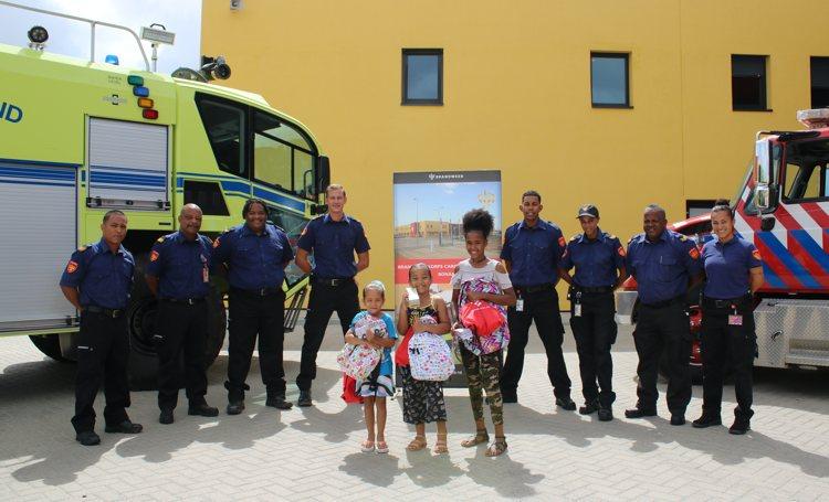 Kinderen bezoeken de brandweer op Bonaire tijdens schoolvakantie