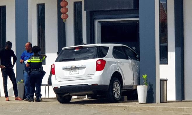 Auto rijdt restaurant binnen