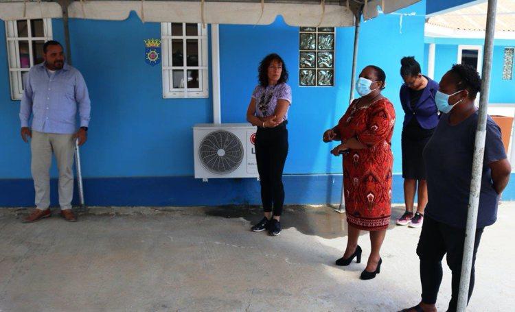 Gezaghebber Rijna bezoekt afdeling Publieke Gezondheid Bonaire