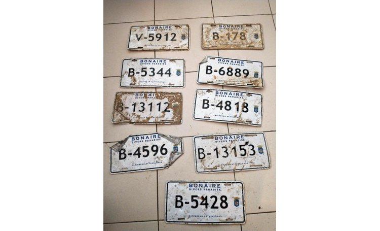 Politie zoekt eigenaren van gevonden kentekenplaten