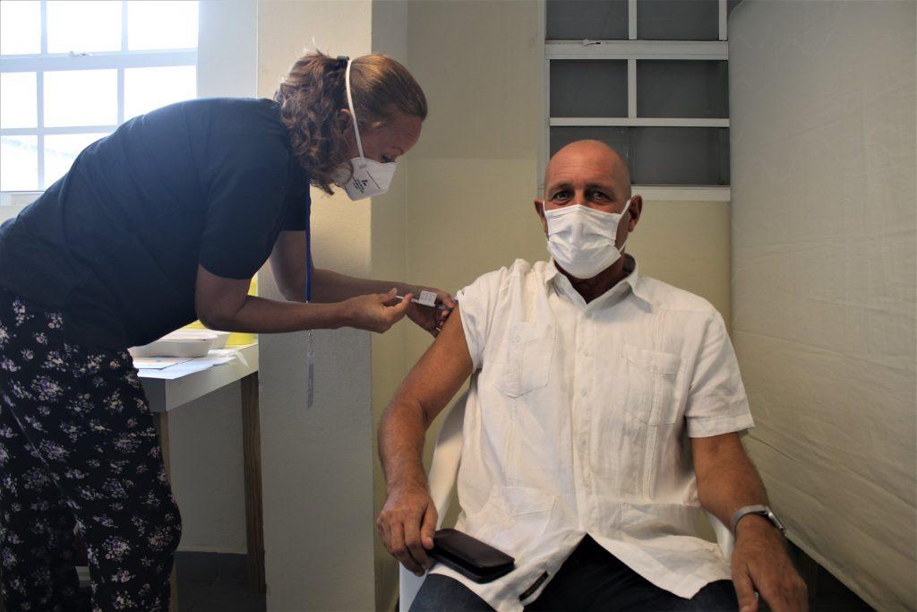 Rijksvertegenwoordiger BES-eilanden Jan Helmond gisteren gevaccineerd