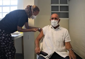 Rijksvertegenwoordiger Jan Helmond gisteren gevaccineerd op Bonaire