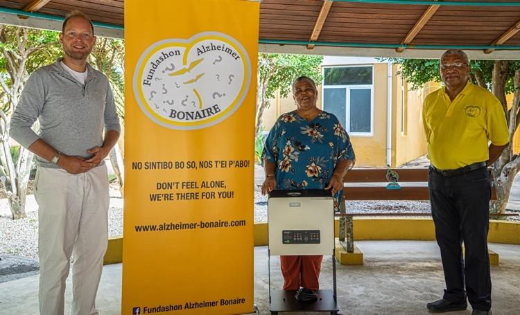 Donatie projector voor Stichting Alzheimer Bonaire