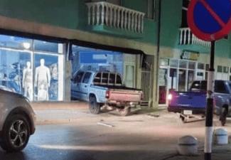 Auto rijdt winkel binnen in Centrumgebied