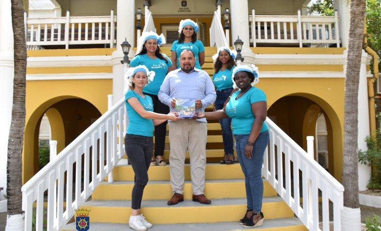 Boek 'Nos ta Boneiru' aangeboden aan gezaghebber Edison Rijna