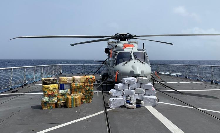 Marineschip Zr.Ms. Holland doet twee grote drugsvangsten in één nacht